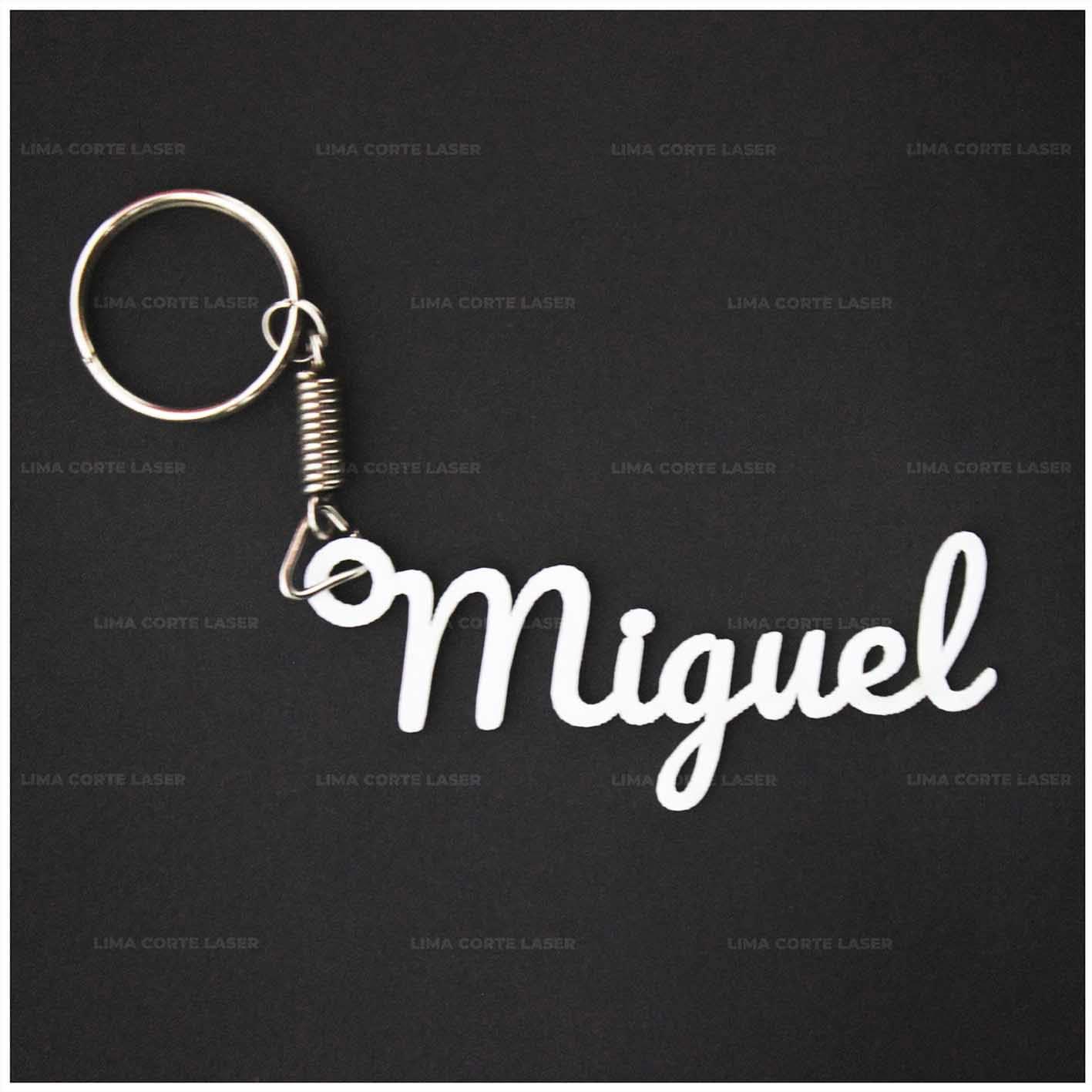 Corte láser acrílico con forma de llavero personalizado con nombre Miguel