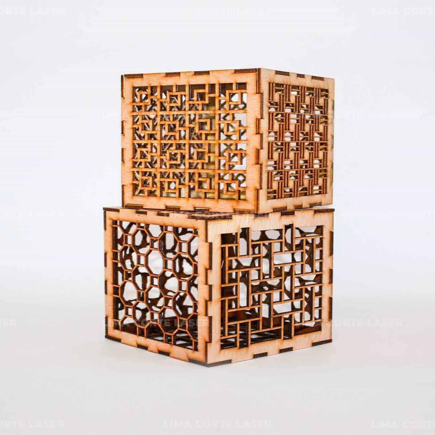 Cubos con figuras geométricas cortados con láser en madera