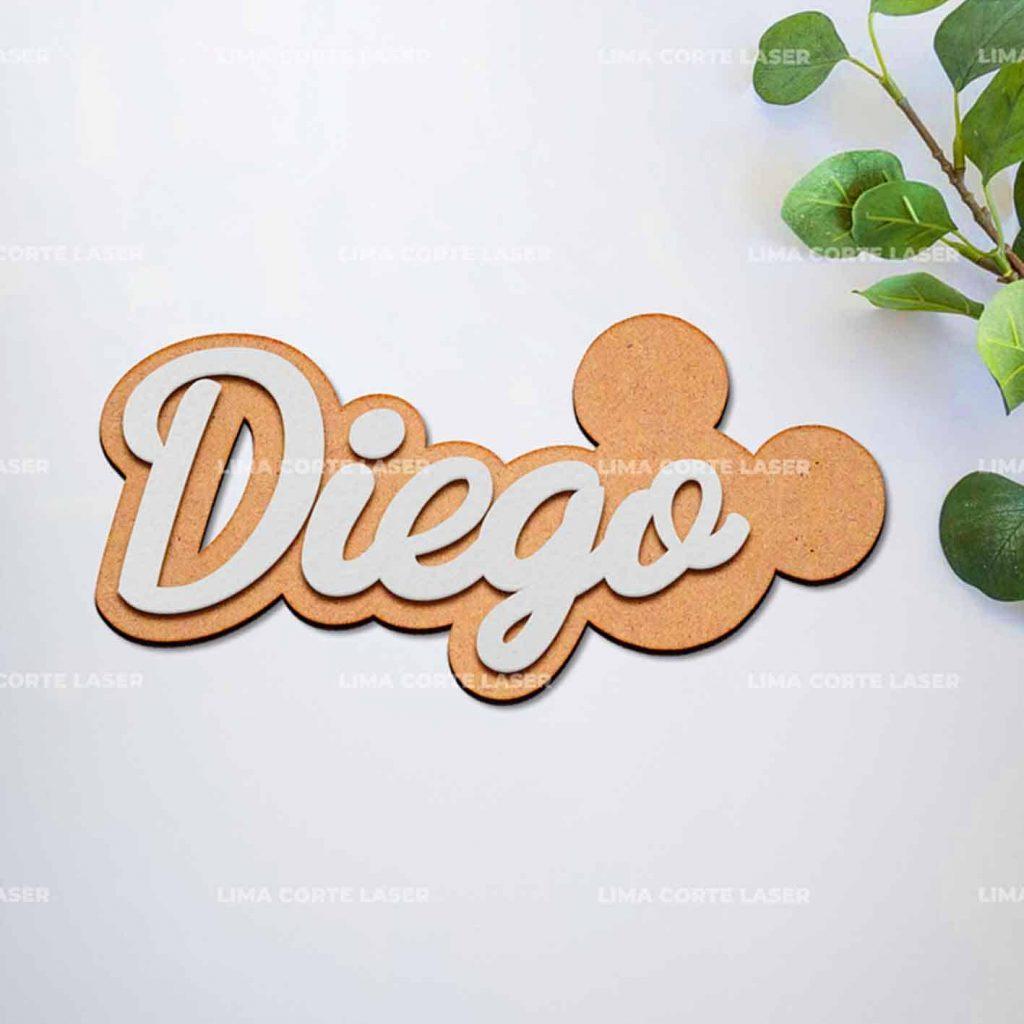Figura de Mickey Mouse y el nombre Diego personalizado con láser en madera