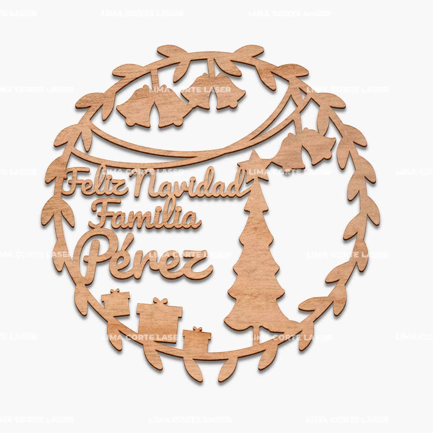 Adorno navideño con forma de corona de hojas y la palabra familia