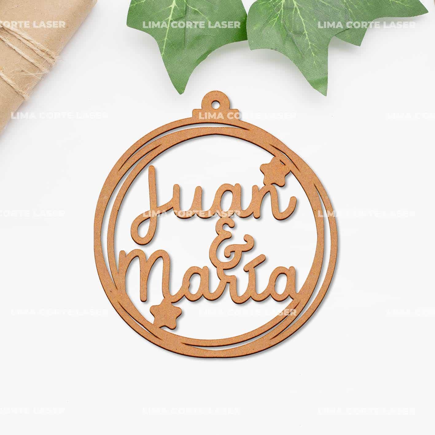 Bola de navidad personalizada de madera con nombres Juan y María