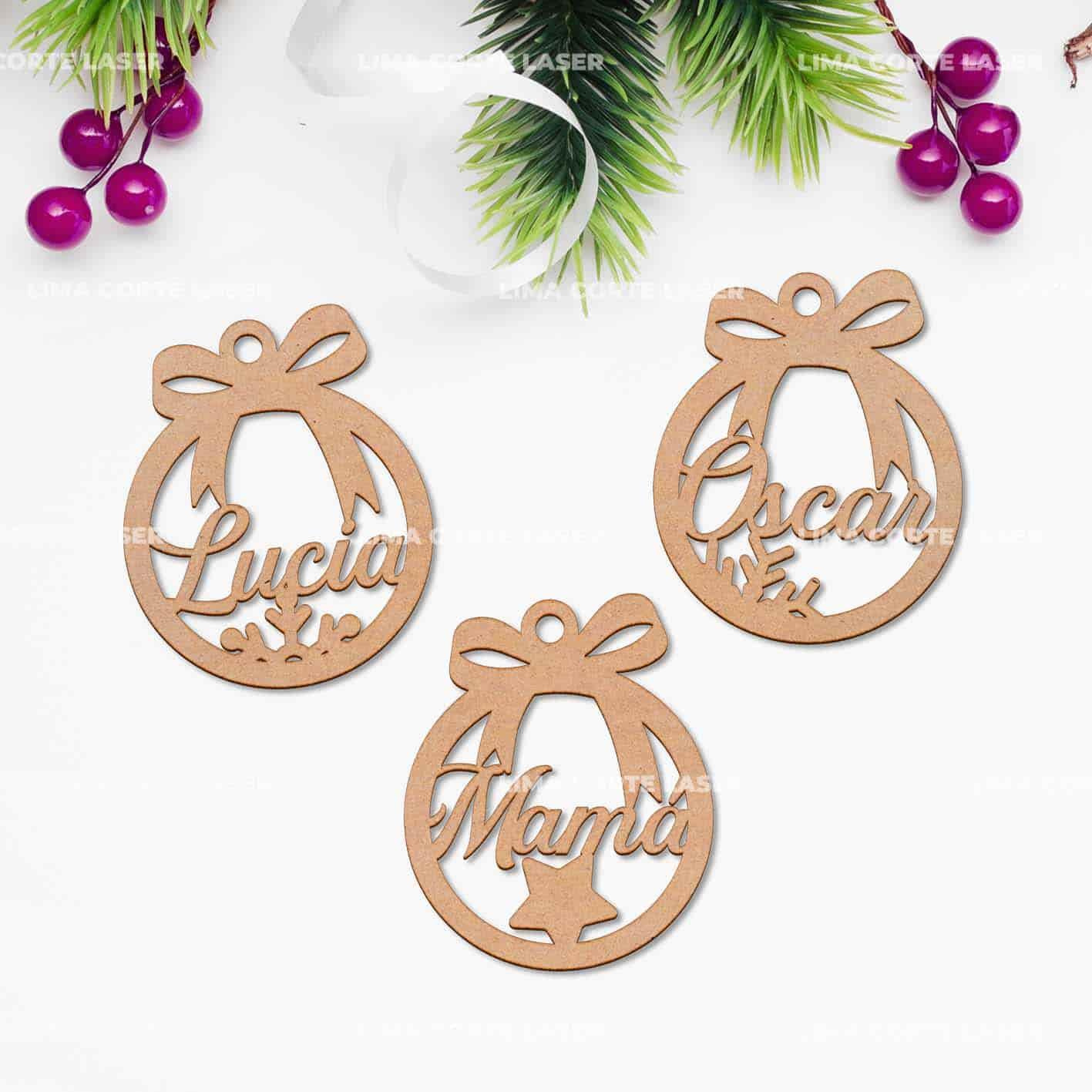 Bolas de navidad personalizadas de madera con nombres Lucia Oscar y Mamá