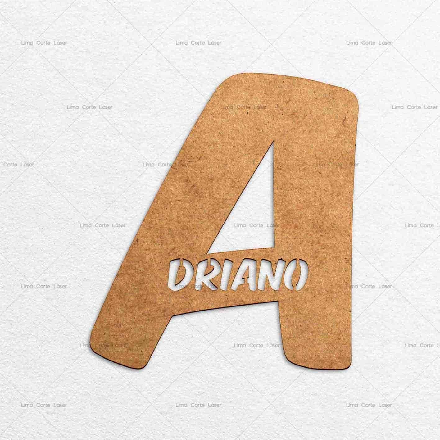 Cartel con el nombre Adriano hecho de mdf y cortado con láser