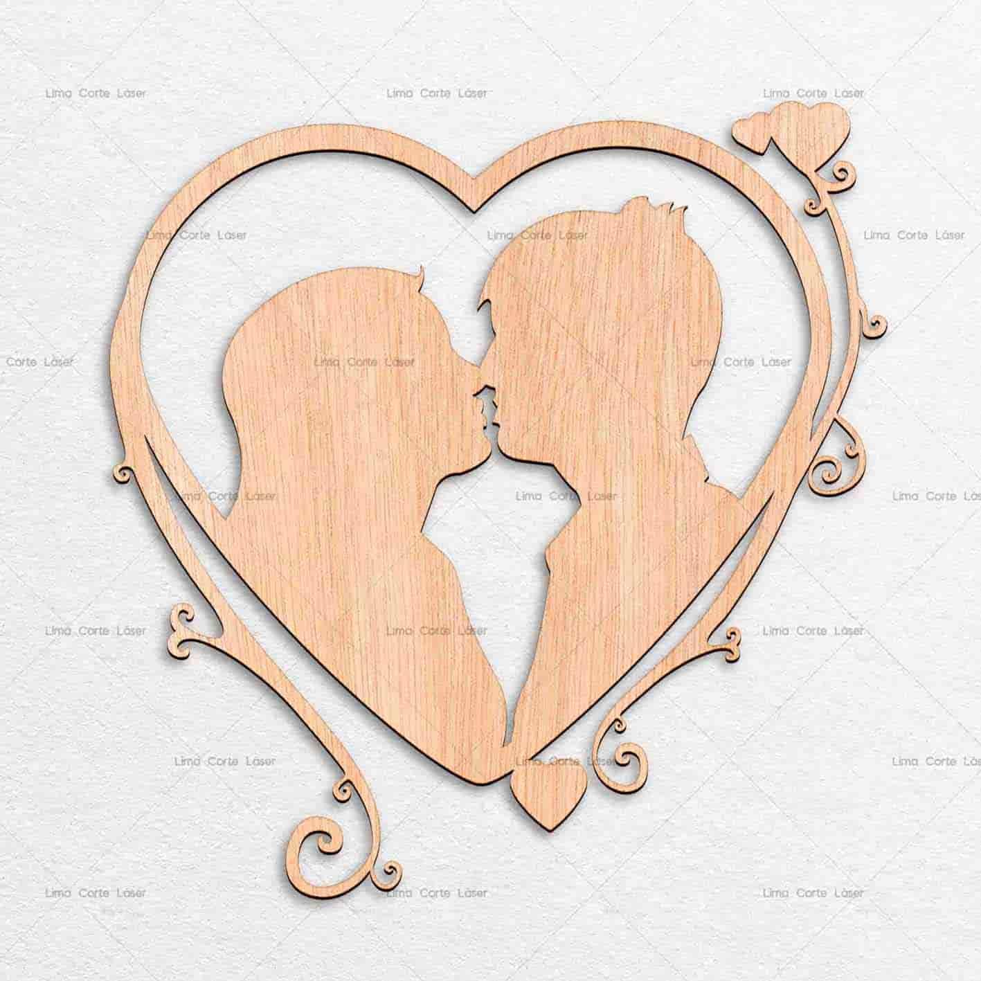 """corazon-de-madera-con-forma-de-novios-cortado-con-laser.jpg"""" alt=""""Corazón de madera con forma de novios cortado con láser"""