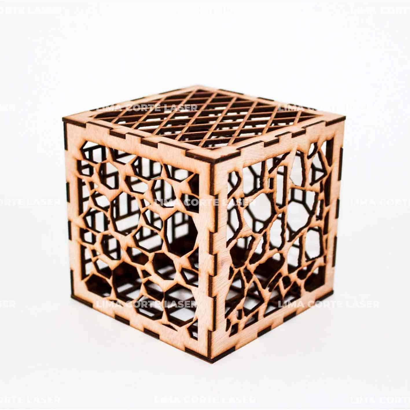 Cubo de madera con figuras geométricas cortado con láser