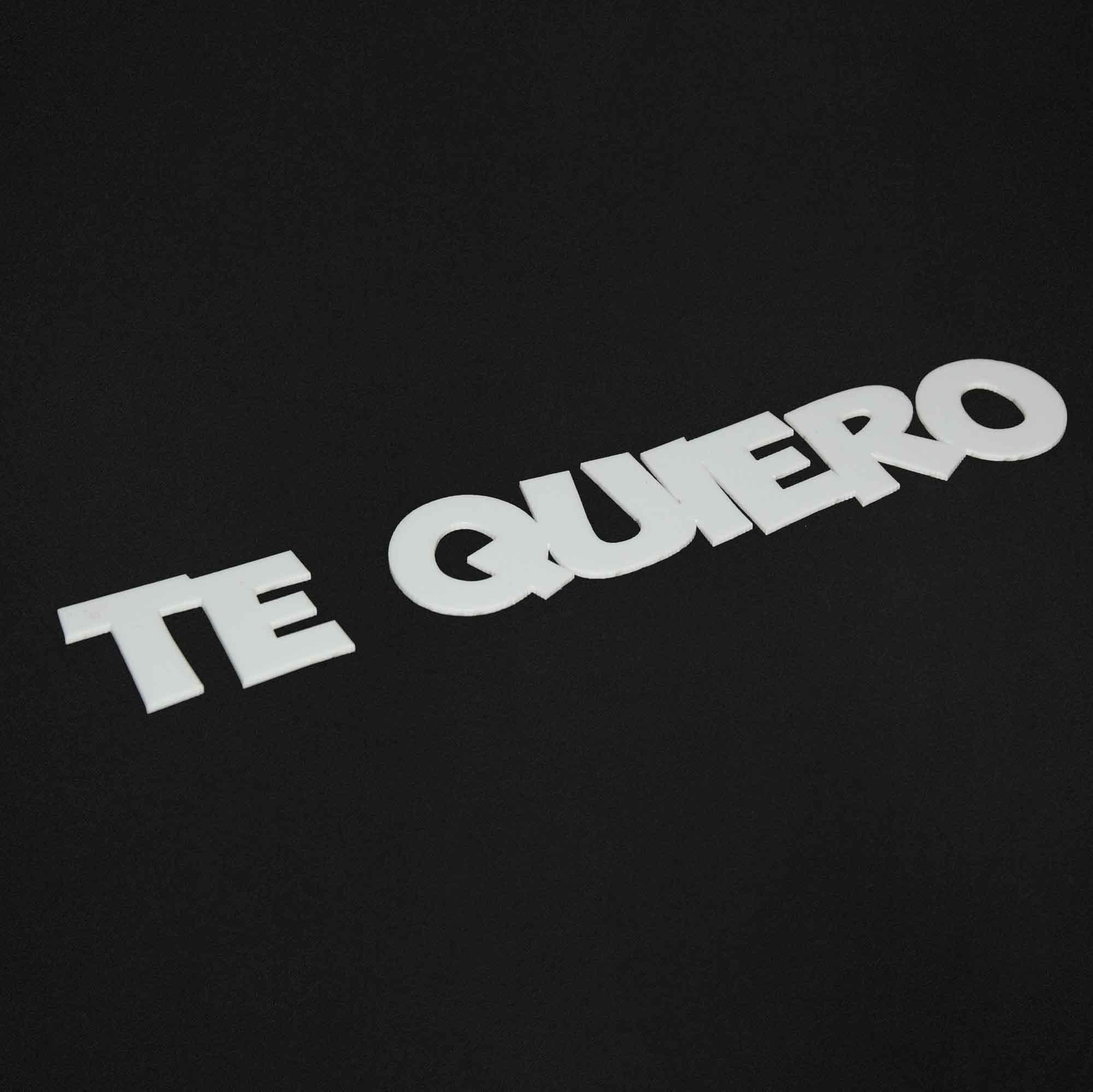 Letras de acrílico cortado con láser con la frase Te Quiero
