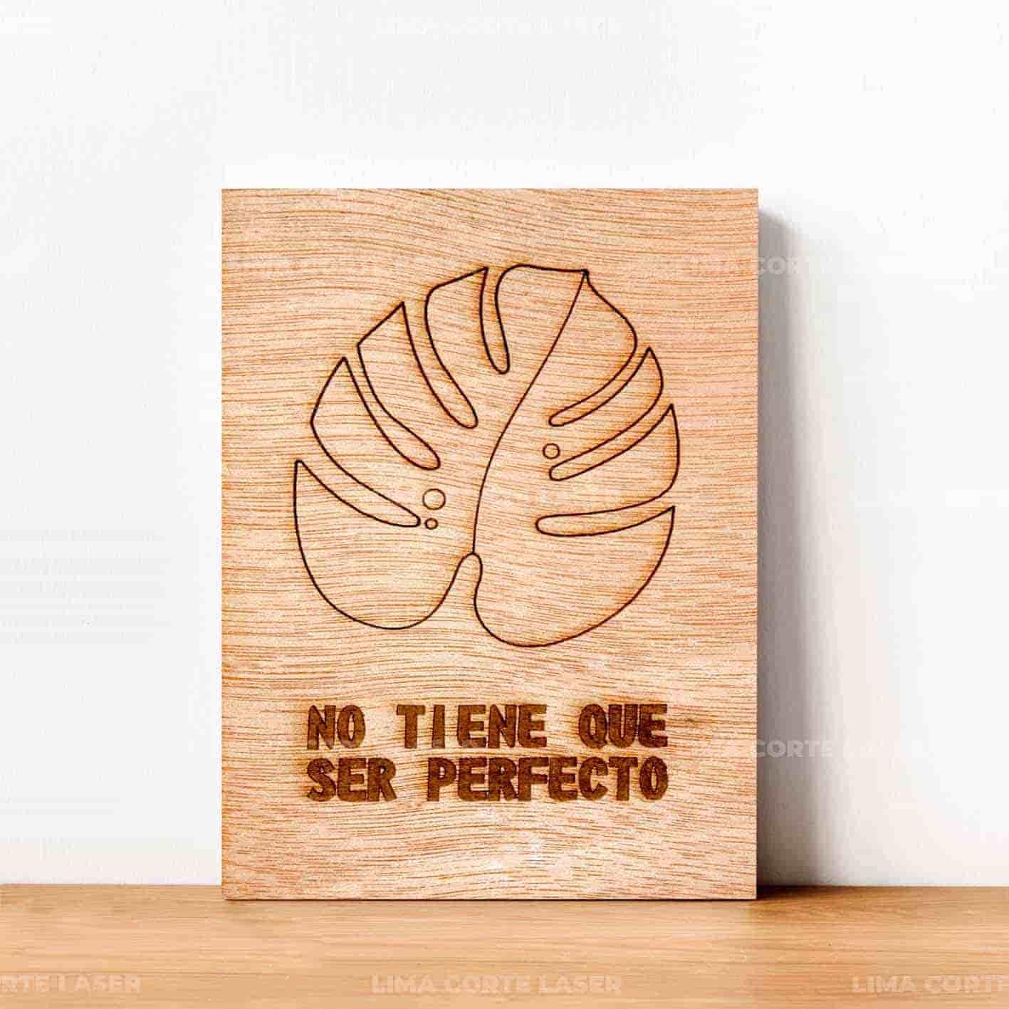 Letrero no tiene que ser perfecto grabado con láser sobre madera