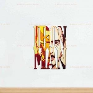 Figura de Iron Man cortada con láser sobre madera