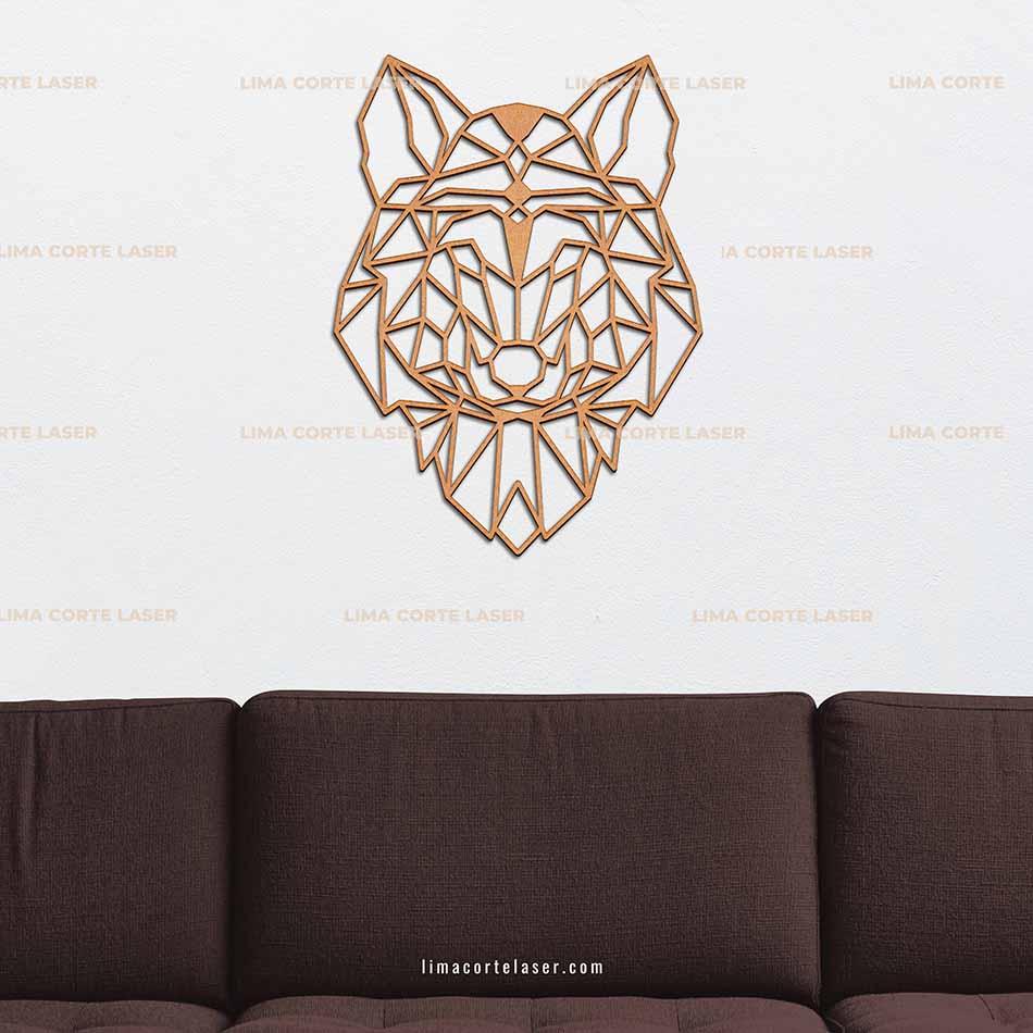Animal geométrico de madera con forma de cabeza de lobo