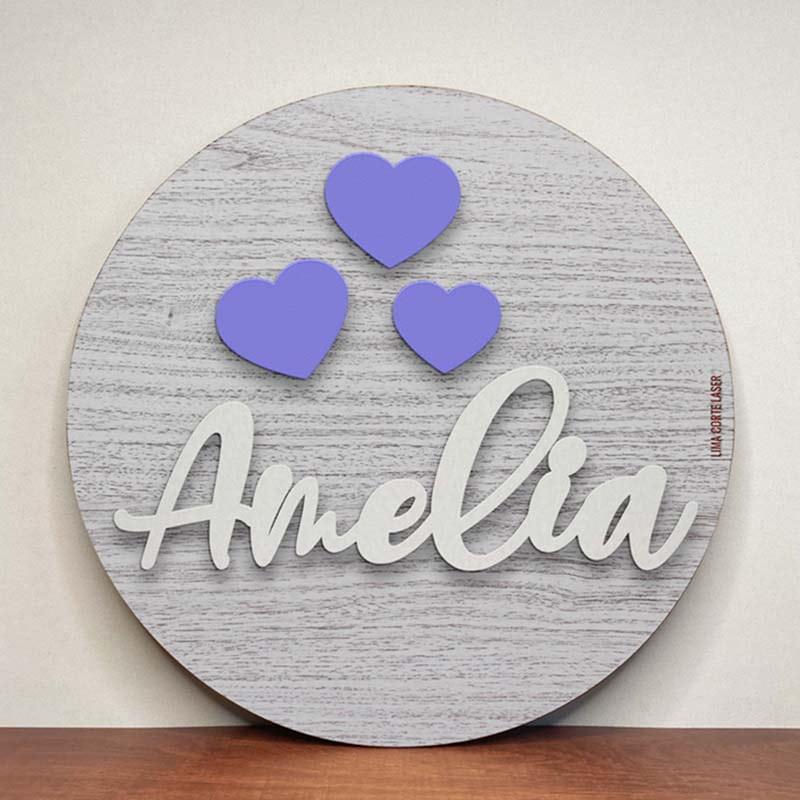 Placa circular de madera personalizada con nombre Amelia y figuras de corazones